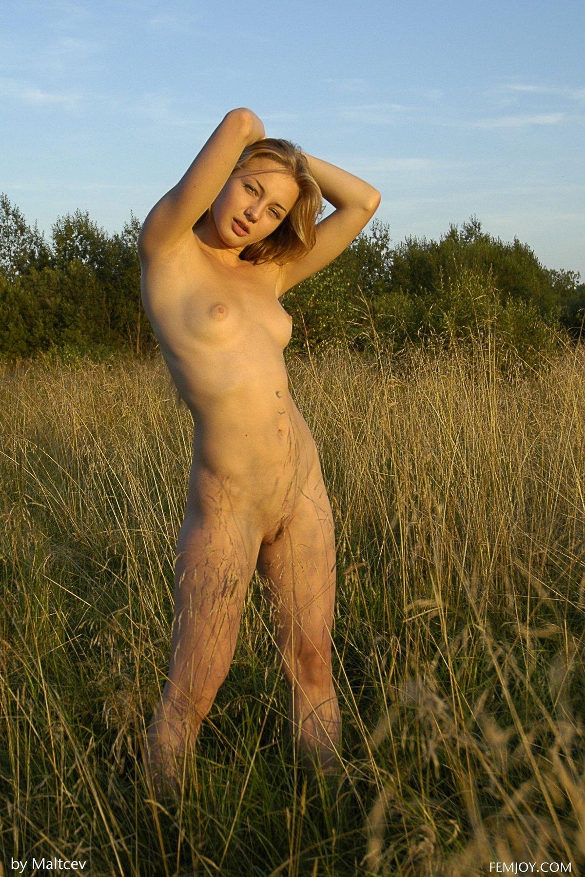 Xxx фото шалавы с маленькими буферами в поле