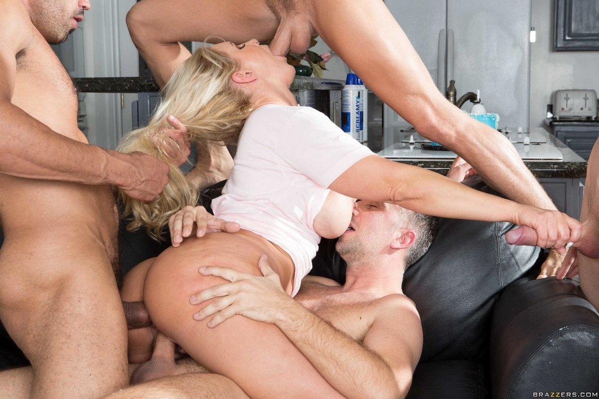 Групповое порно блондинки с большой грудью