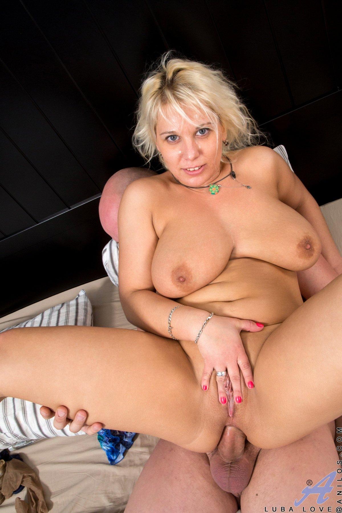 Грудастая блондинка любит давать в анус