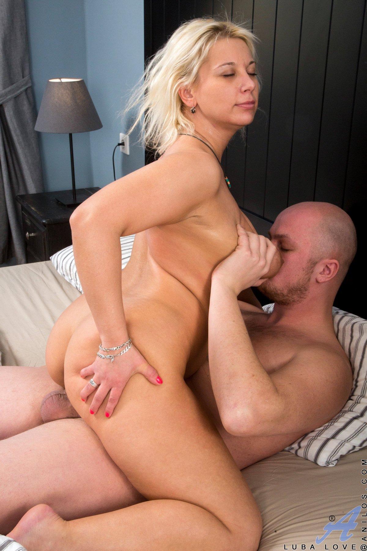 Сисястая блондинка любит анал