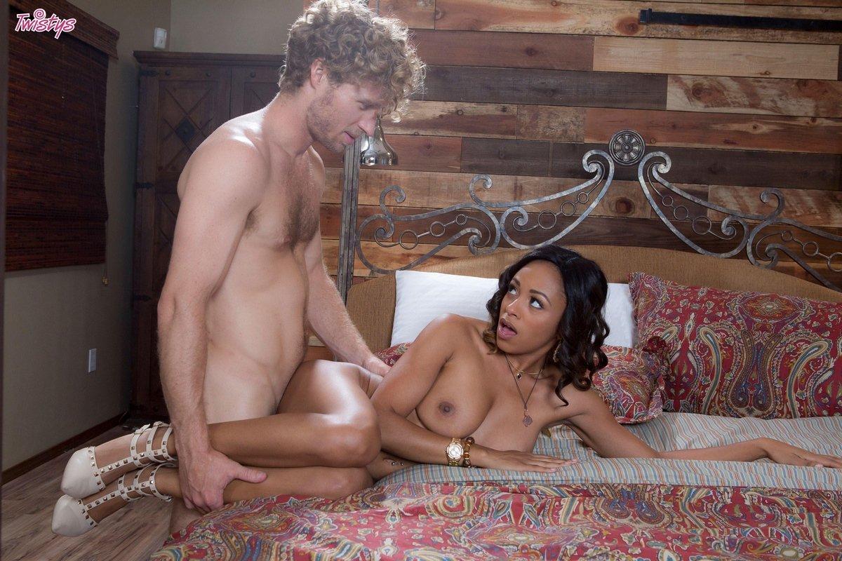 Порнофото секса с горячей брюнеткой на койке смотреть эротику