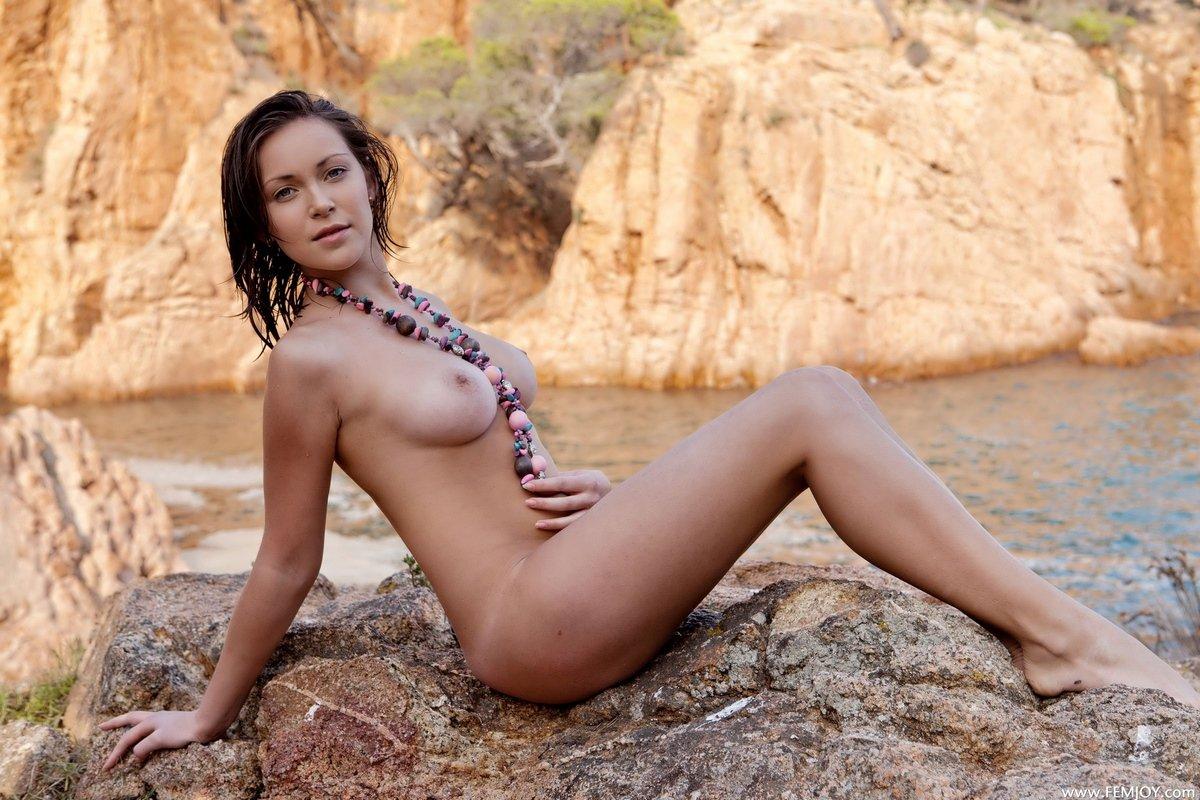 Фото ню загорелой голой девушки на берегу реки