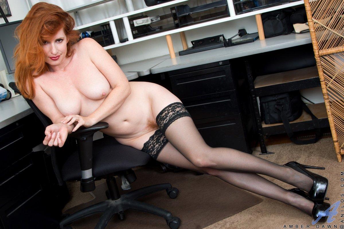 Откровенные фото голой секретарши в чулках