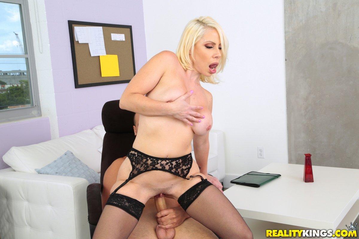 Порно фото грудастой блондинки в чулках