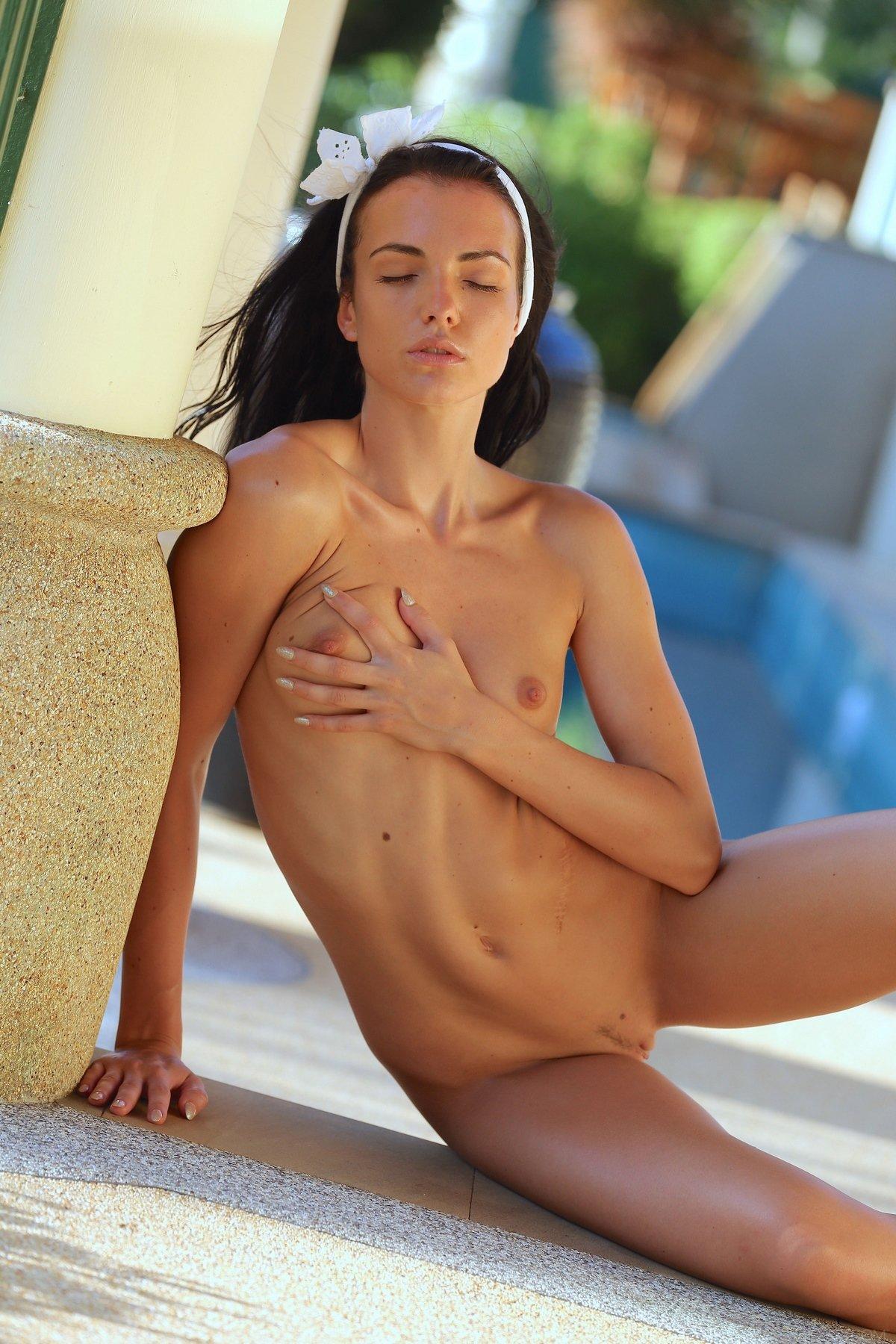 Чувственные фото 18-летней чикули около бассейна смотреть эротику