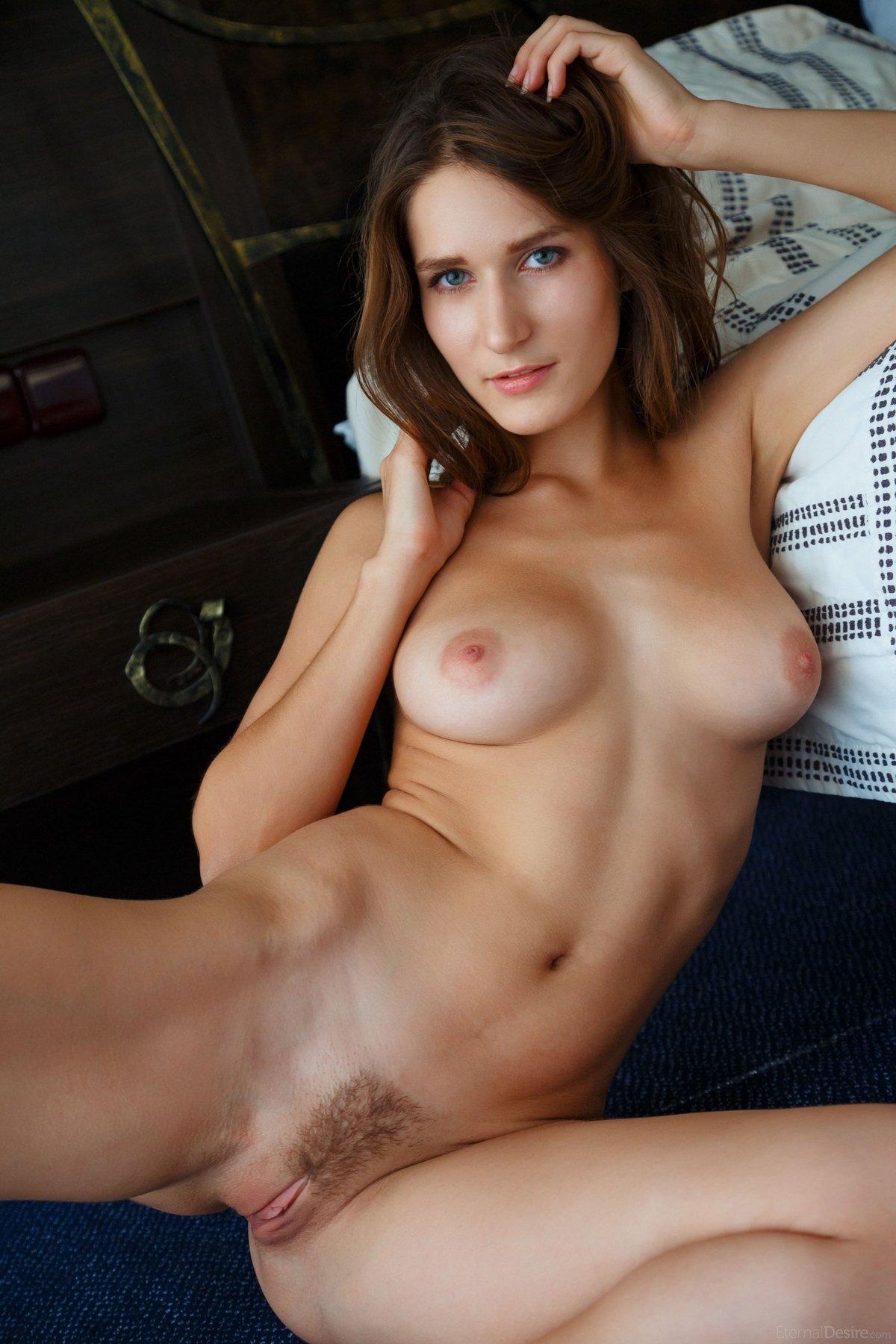 Откровенные фото голой шатенки в спальне