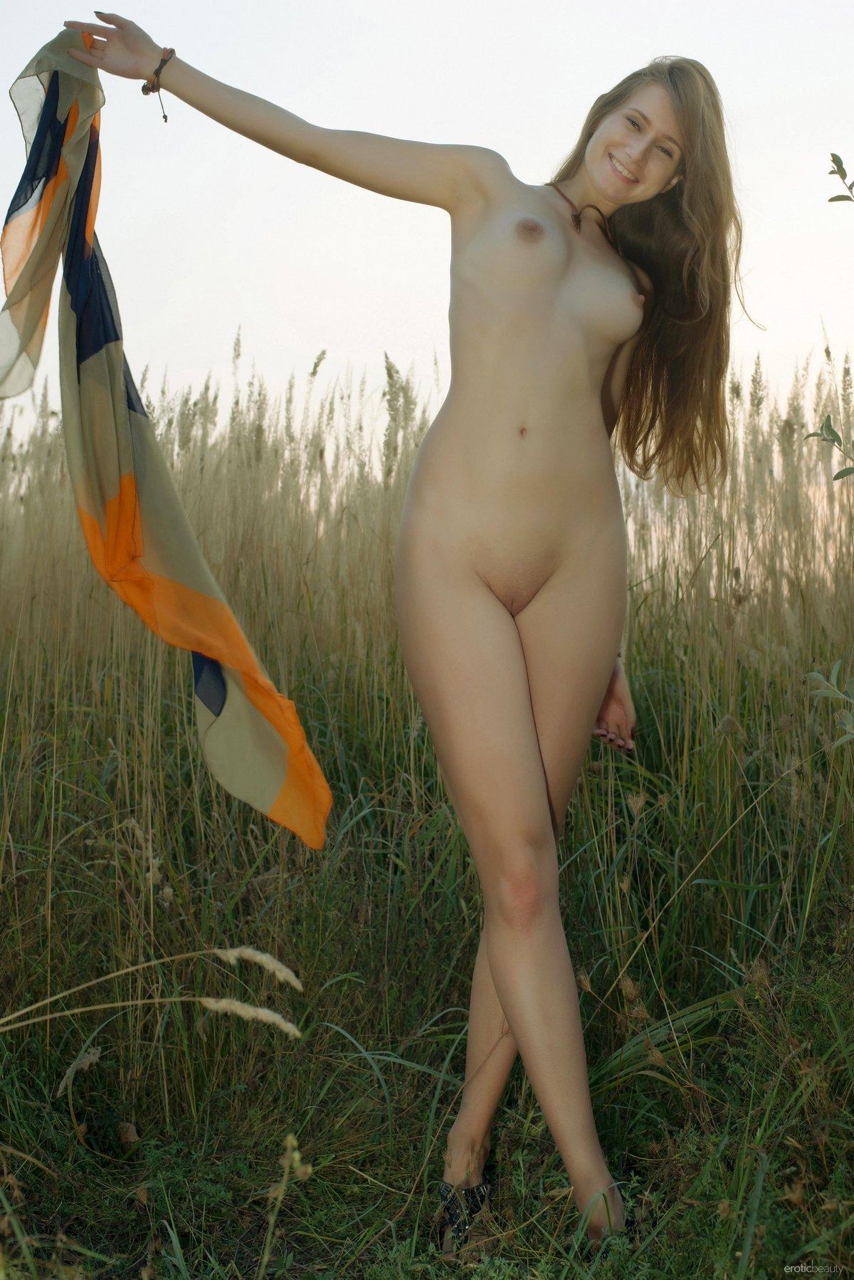 Обнаженная барышня в высокой траве
