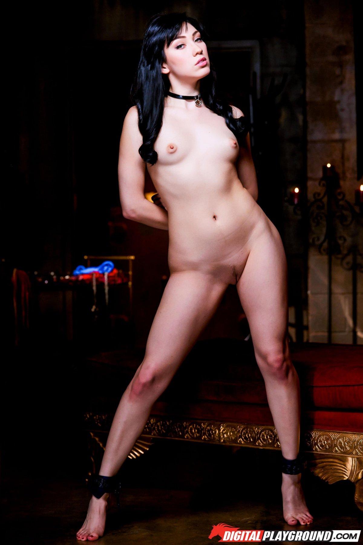 Весьма красивая модель с темными волосами Aria Alexander