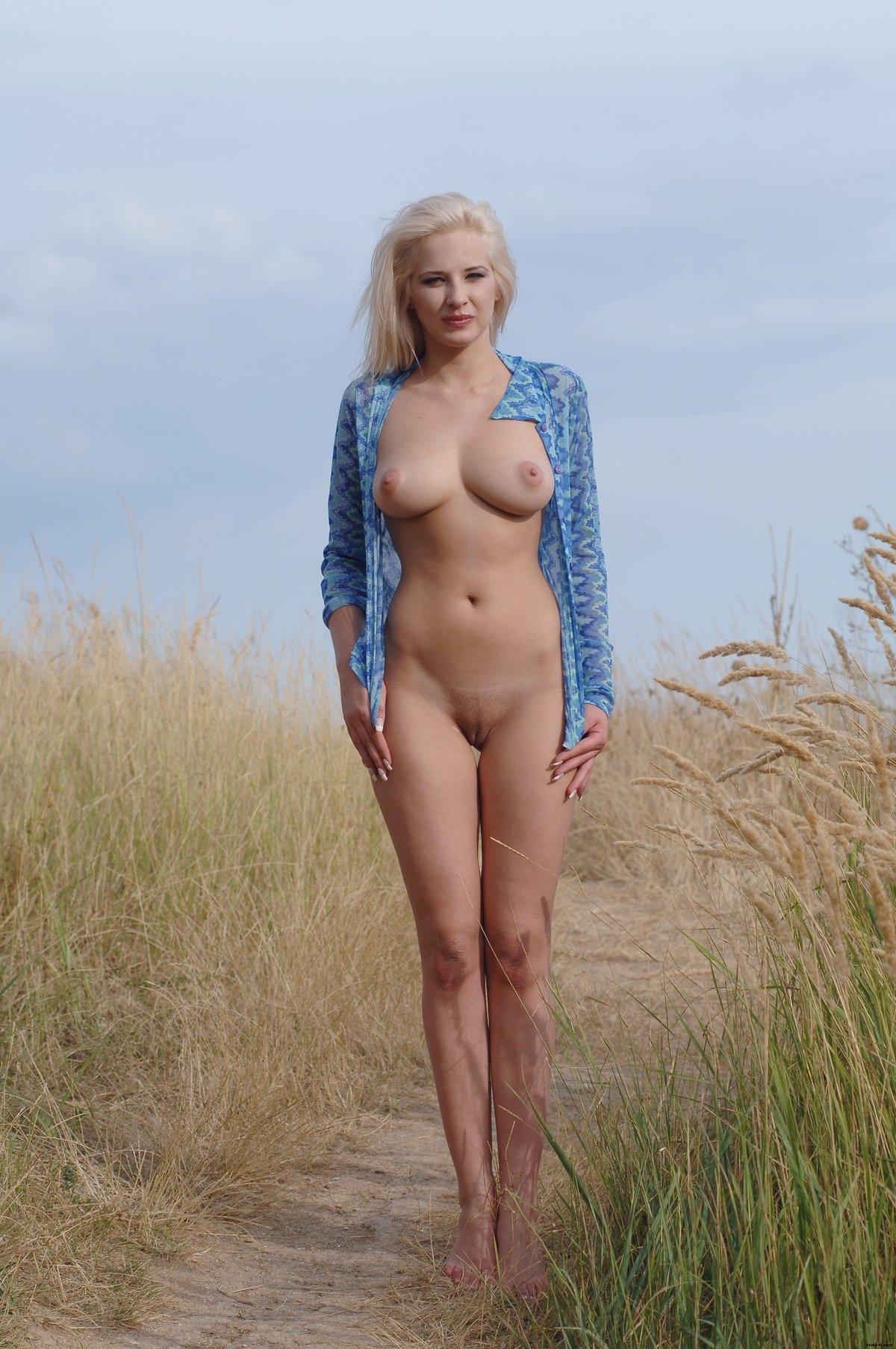 Фото красивой обнаженной блондинки в поле