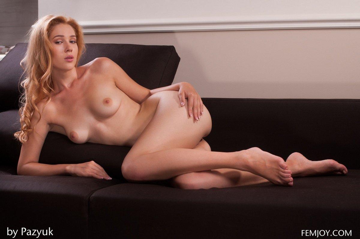 Рыжая с красивым телом голая перед зеркалом