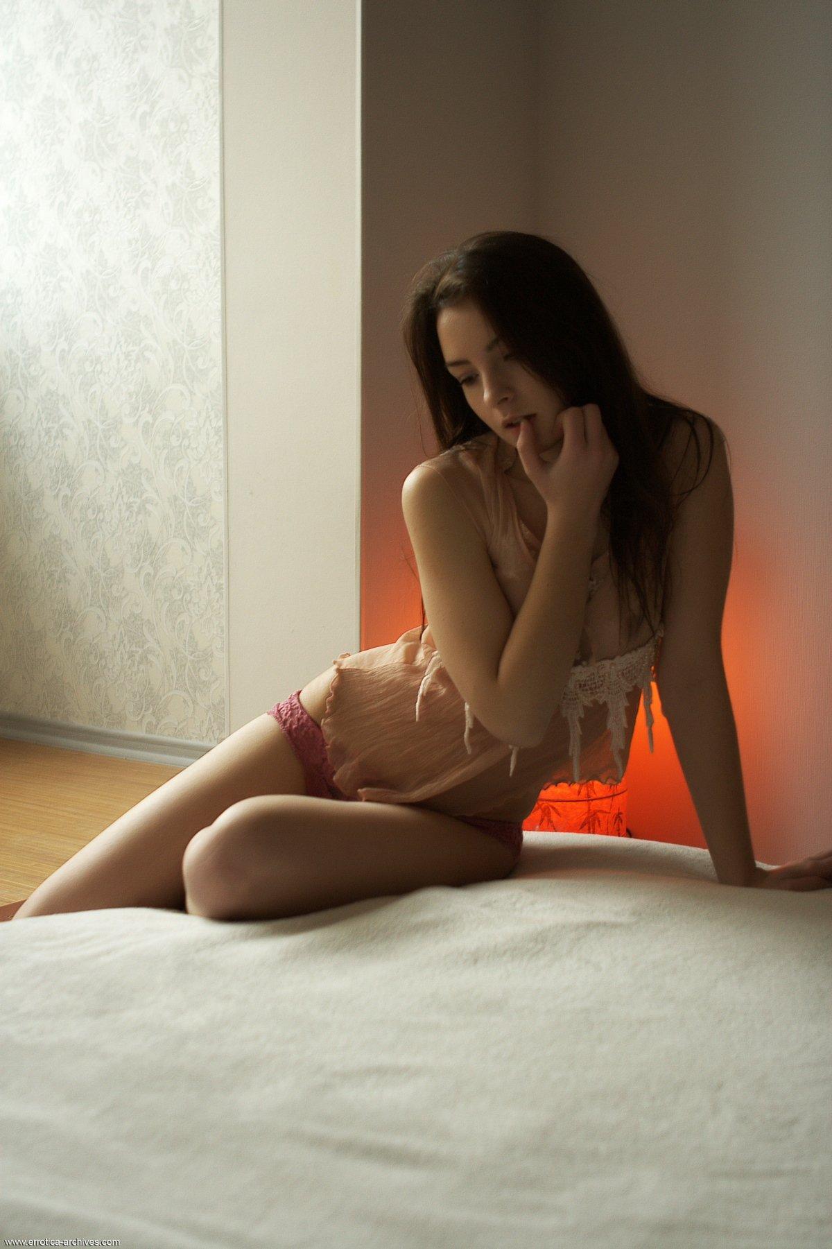 Давалка с темными волосами обнажается в домашних условиях
