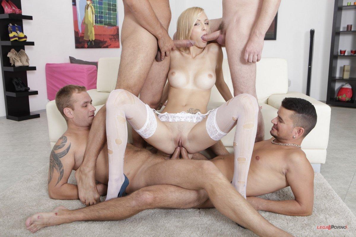 Молодые парни трахают толпой сексуальную блондинку