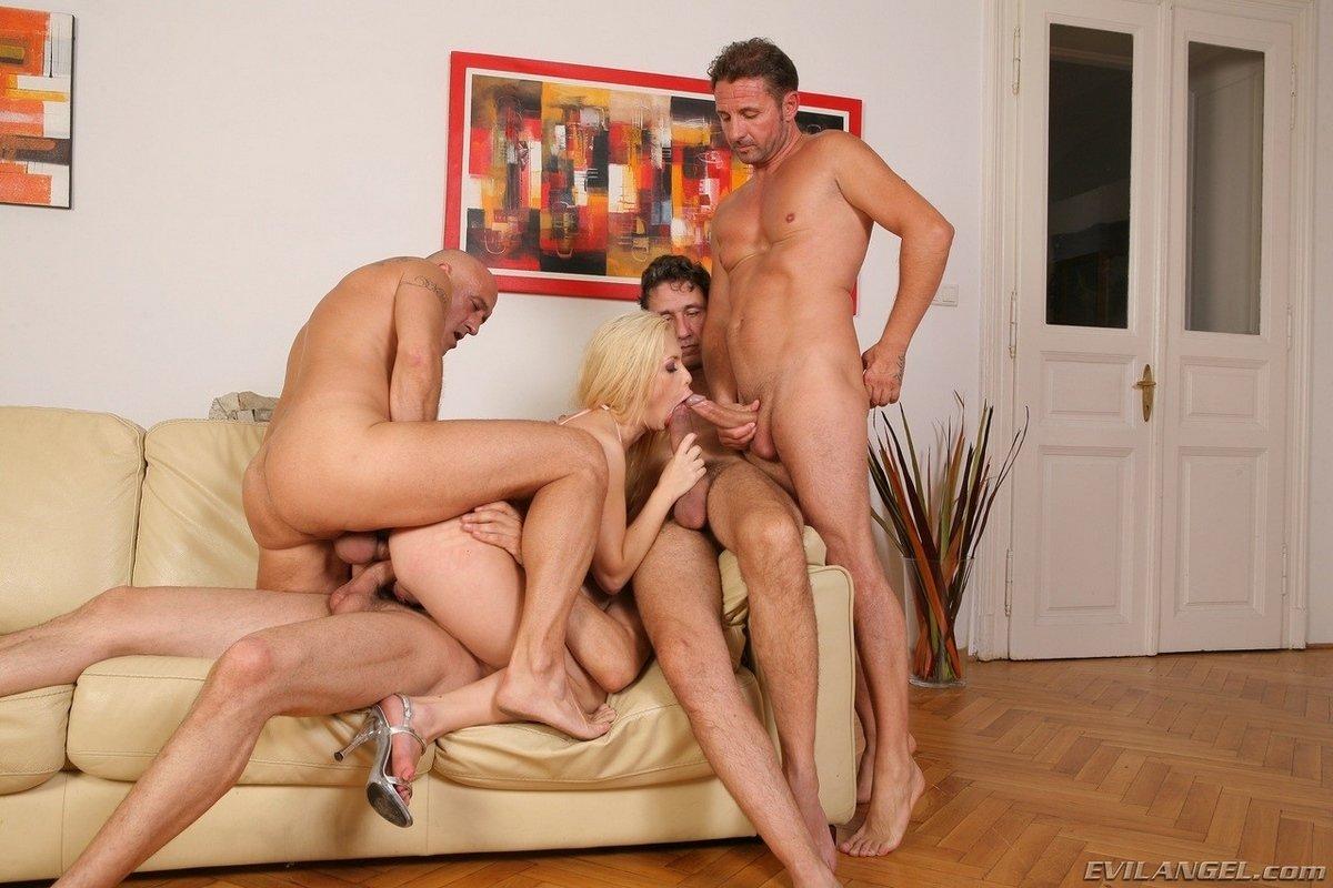 Групповое порно блондинки с четырьмя парнями
