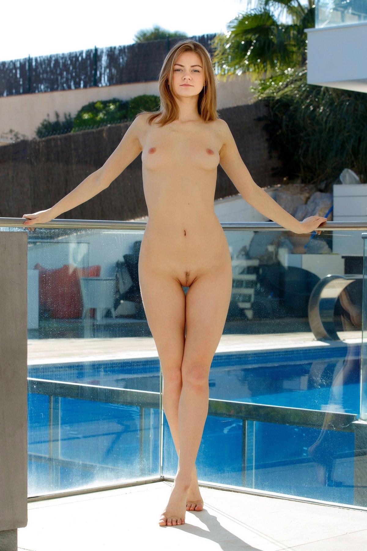 Молодая голая девушка на балконе