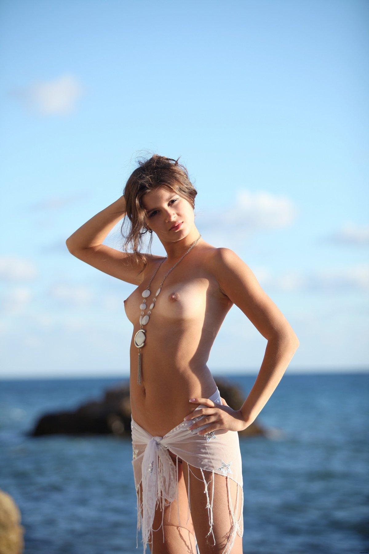 Блядь в прозрачной блузке на море
