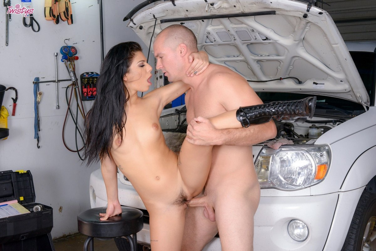 Сексапильный трах с 18-летней барышней в автомастерской