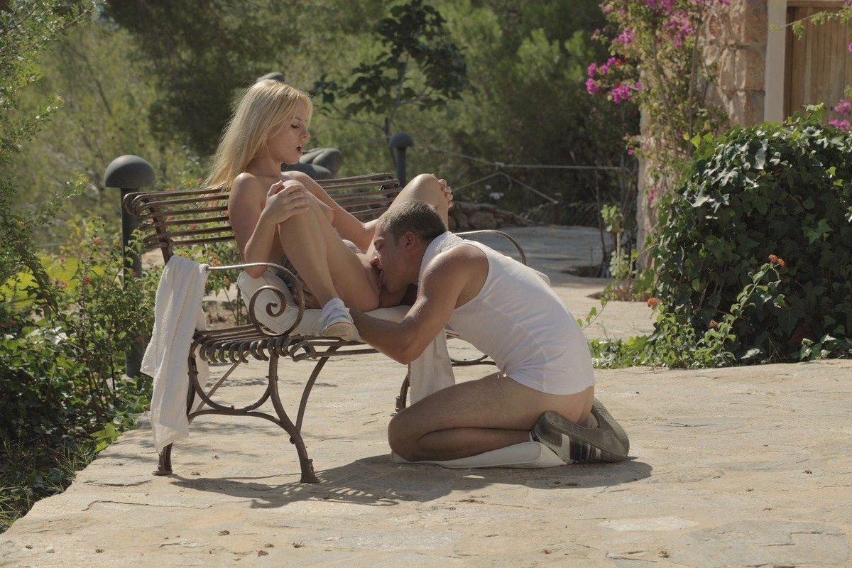 Секс с красивой девушкой в саду