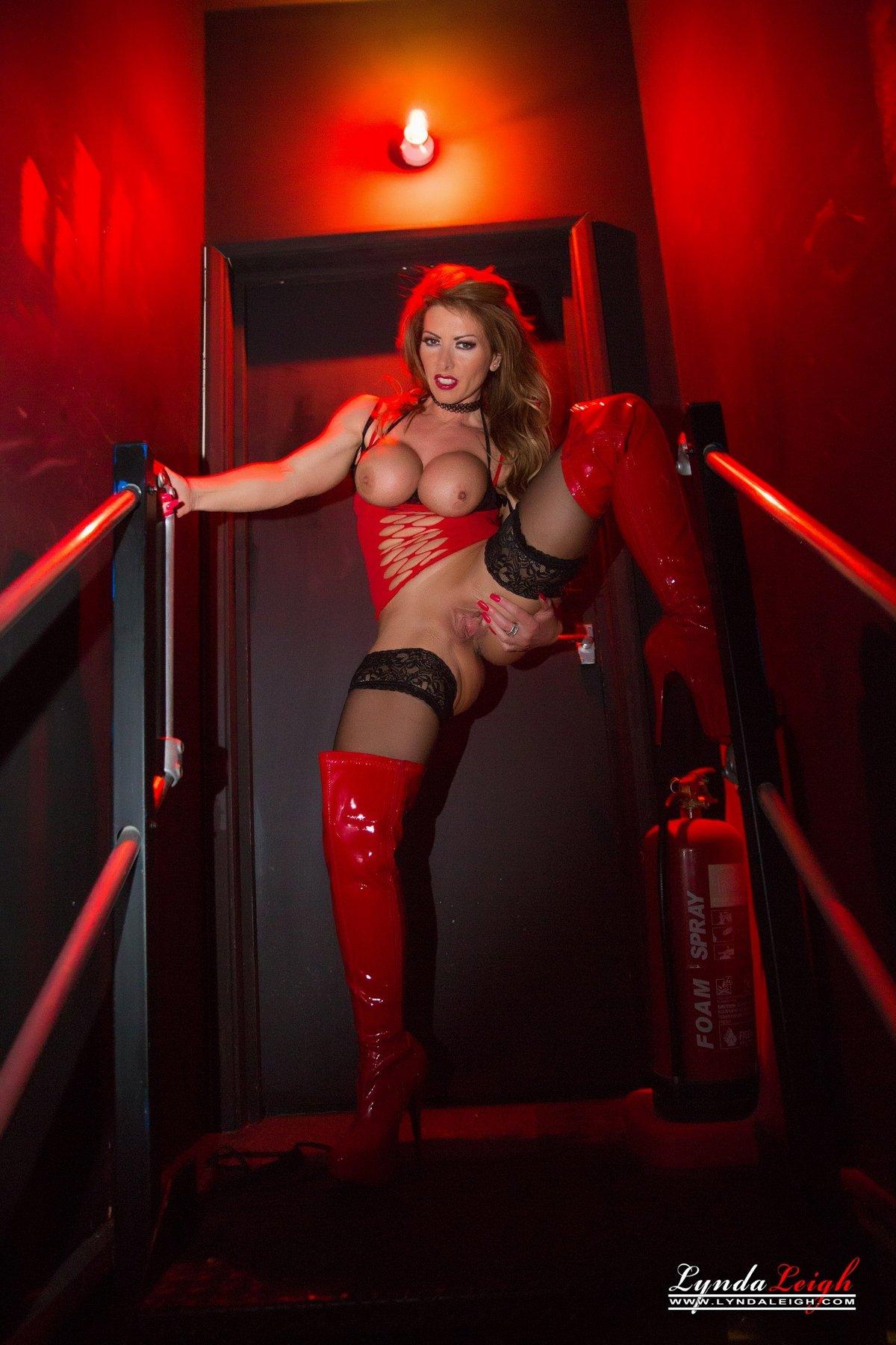 Порнушка дамы в красных сапогах ботфортах смотреть эротику