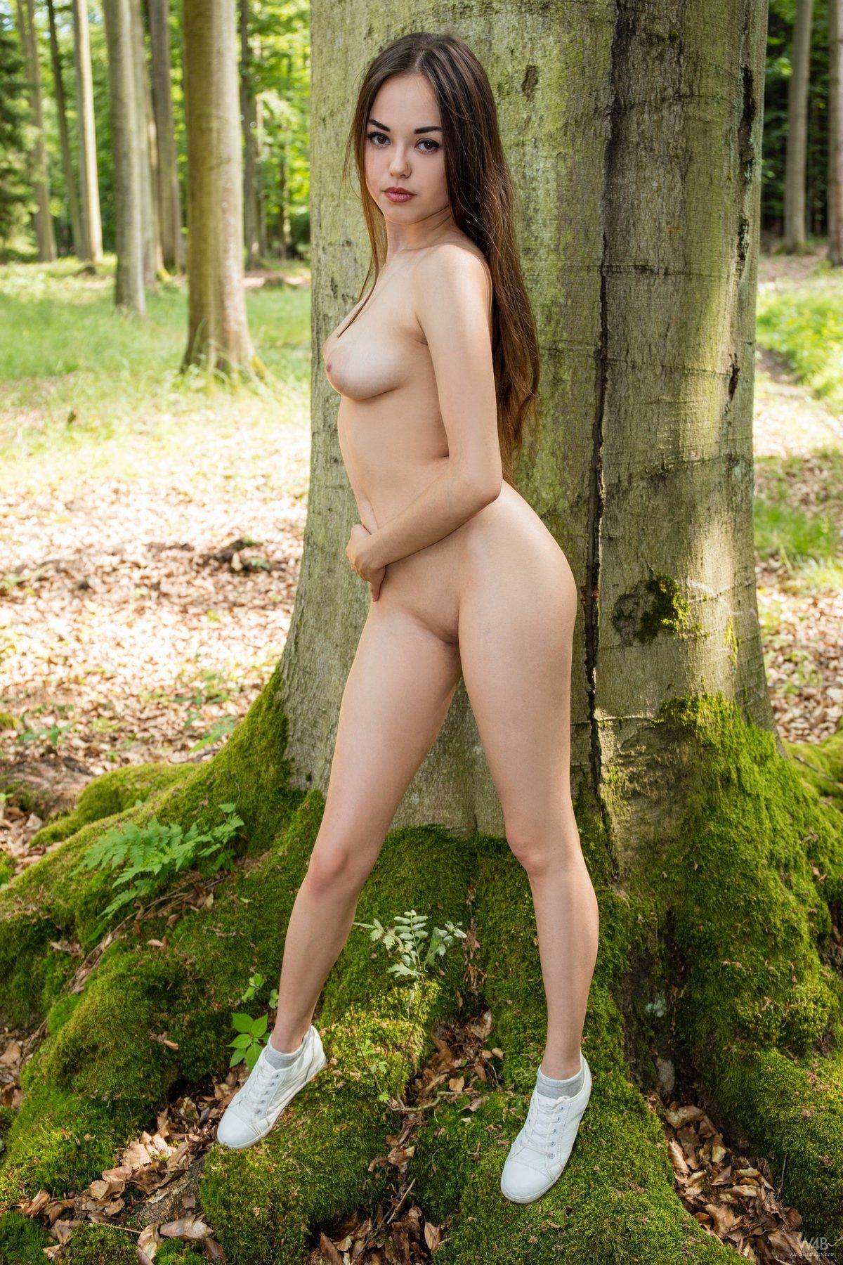 Ню модели в кружевном белье под деревом секс фото