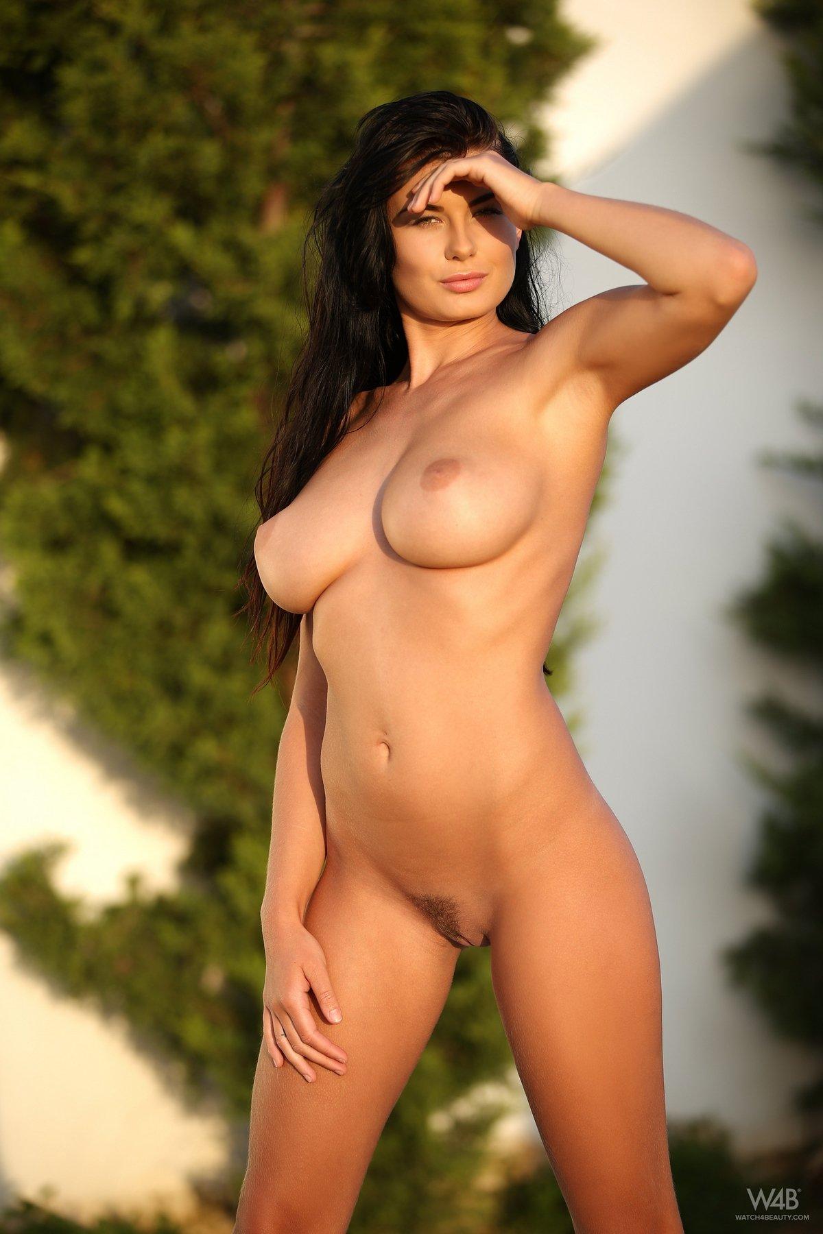 Фото милой брюнеточки с громадными буферами секс фото