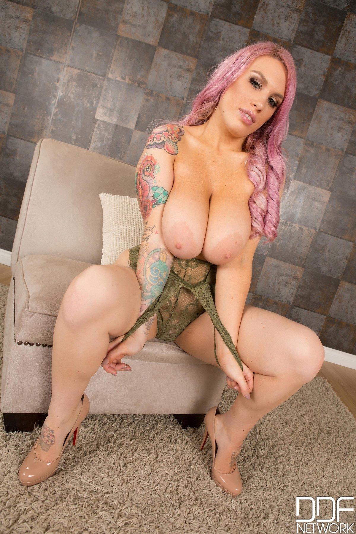 Фото женщины с розовыми волосами и большими сиськами