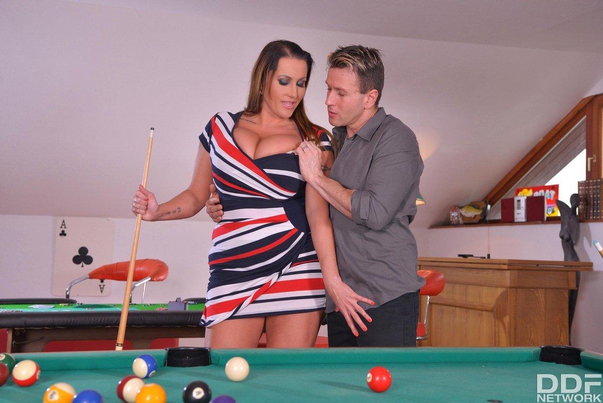 Ню фото актрисы с крупными грудями на бильярдном столе