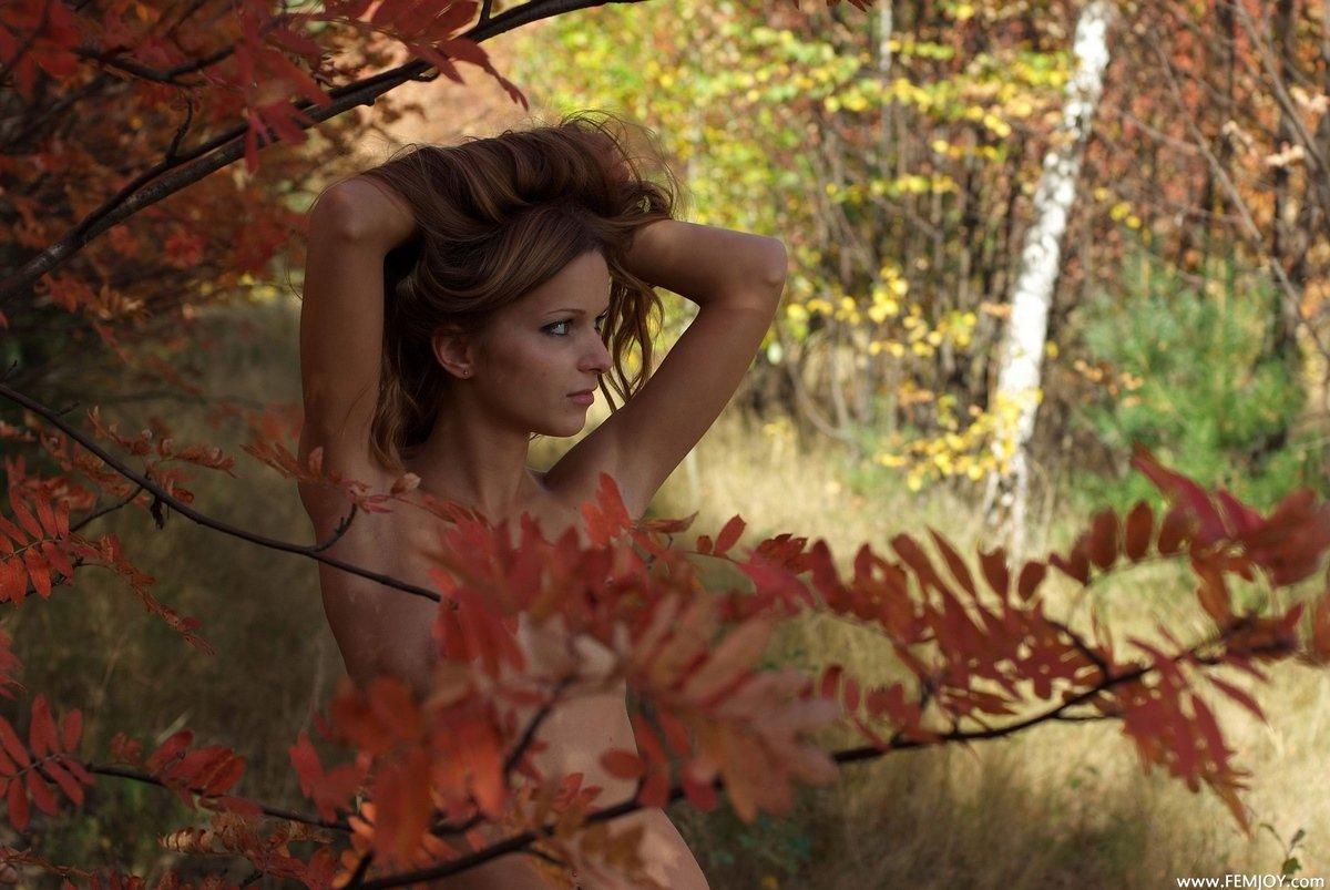 Ню голой шлюхи с осенними листьями