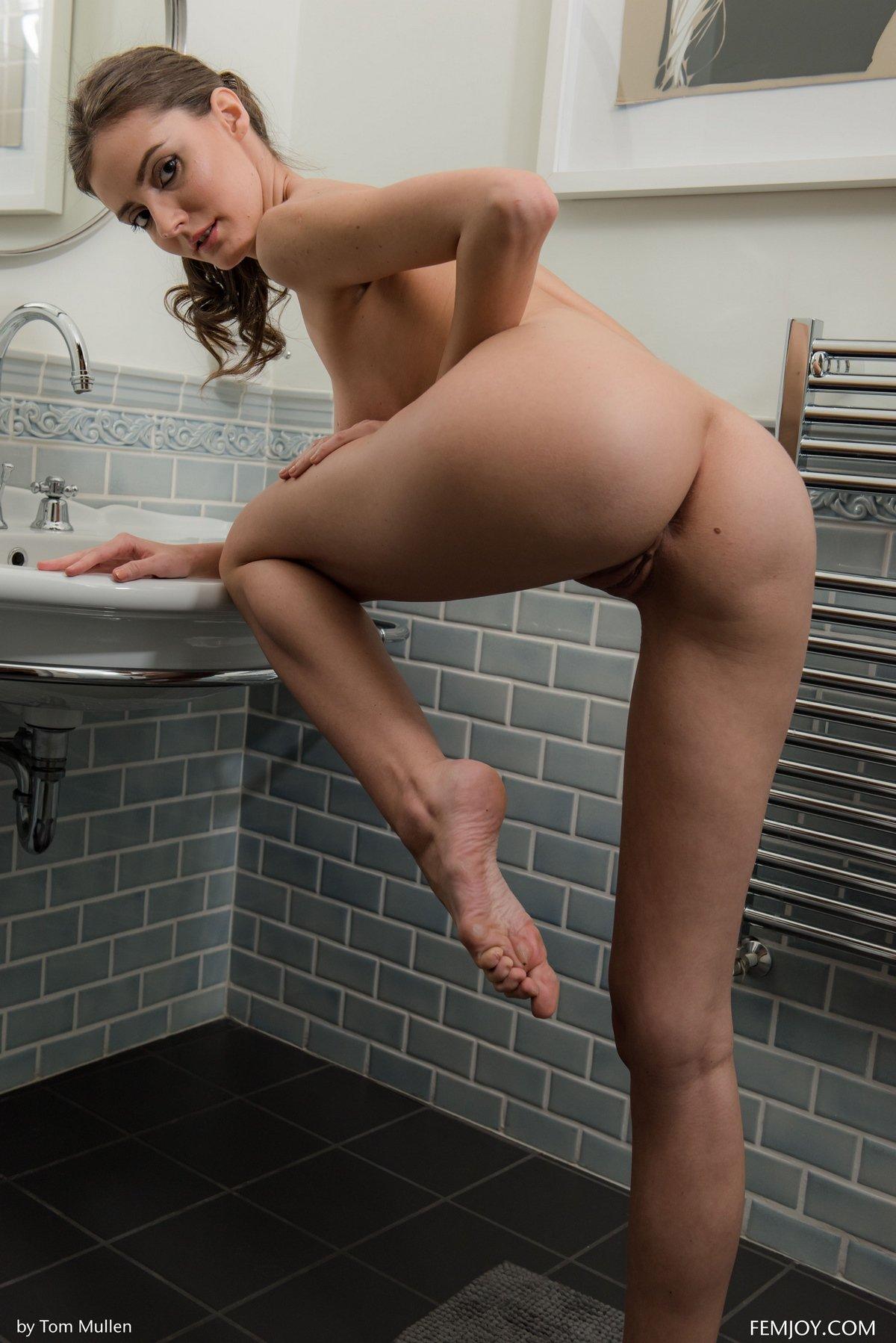 Шатенка вытирает голое тело полотенцем