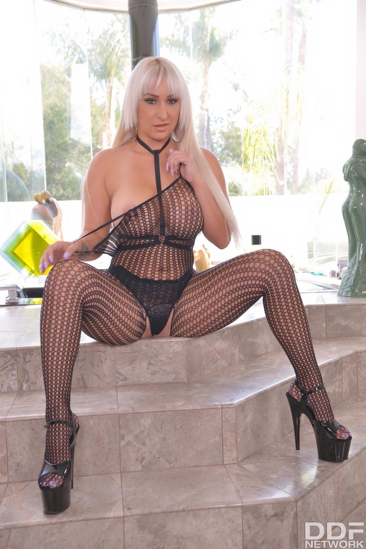 Блонди с большой попой и сиськами секс фото