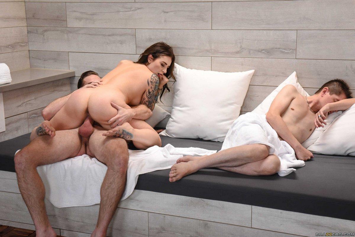 Давалка с татуировками позирует с 2-мя парнишками