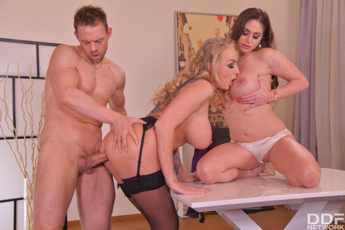Секс с двумя грудастыми женщинами втроем