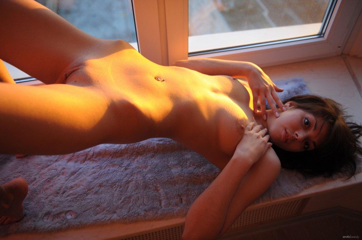 Фото обнаженной девушки на подоконнике