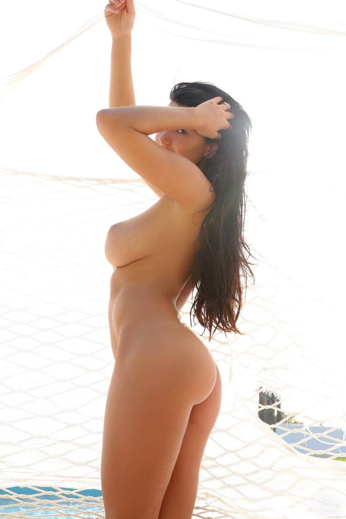 Брюнетка с красивыми сиськами голая в гамаке секс фото