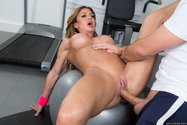 Секс онлайн с зрелой спортсменкой