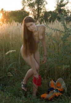 Порно на лугу в высокой траве фото 79-182