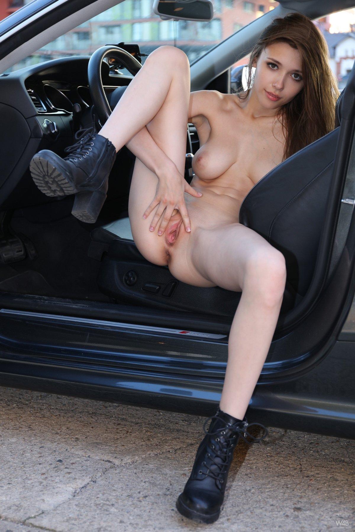 Девушка без трусиков в салоне авто