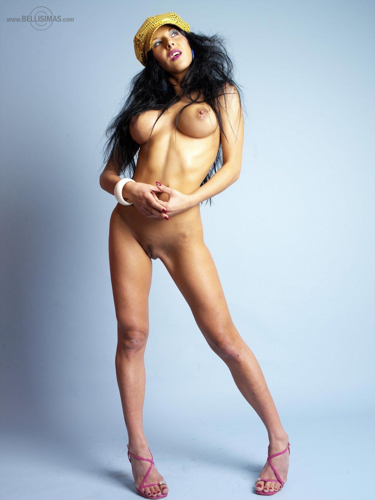 Сочная темненькая девушка Carmen в эротичном наряде