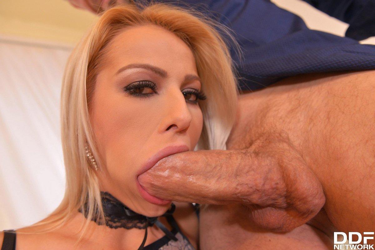 Милашка блондиночка подставила попку для порева в очко