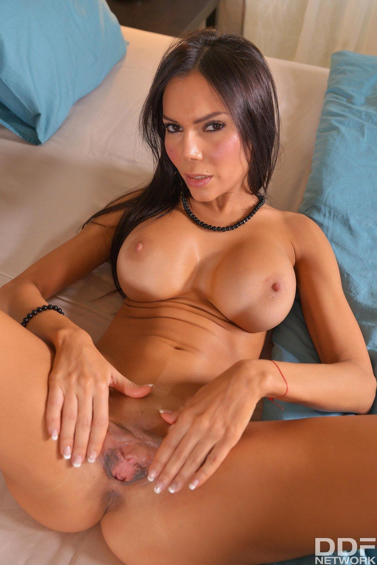 Сексуальная красотка с бантиком на жопе