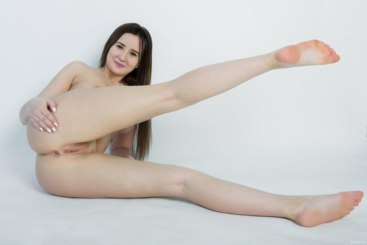 Девушка с аппетитной попкой голая в студии