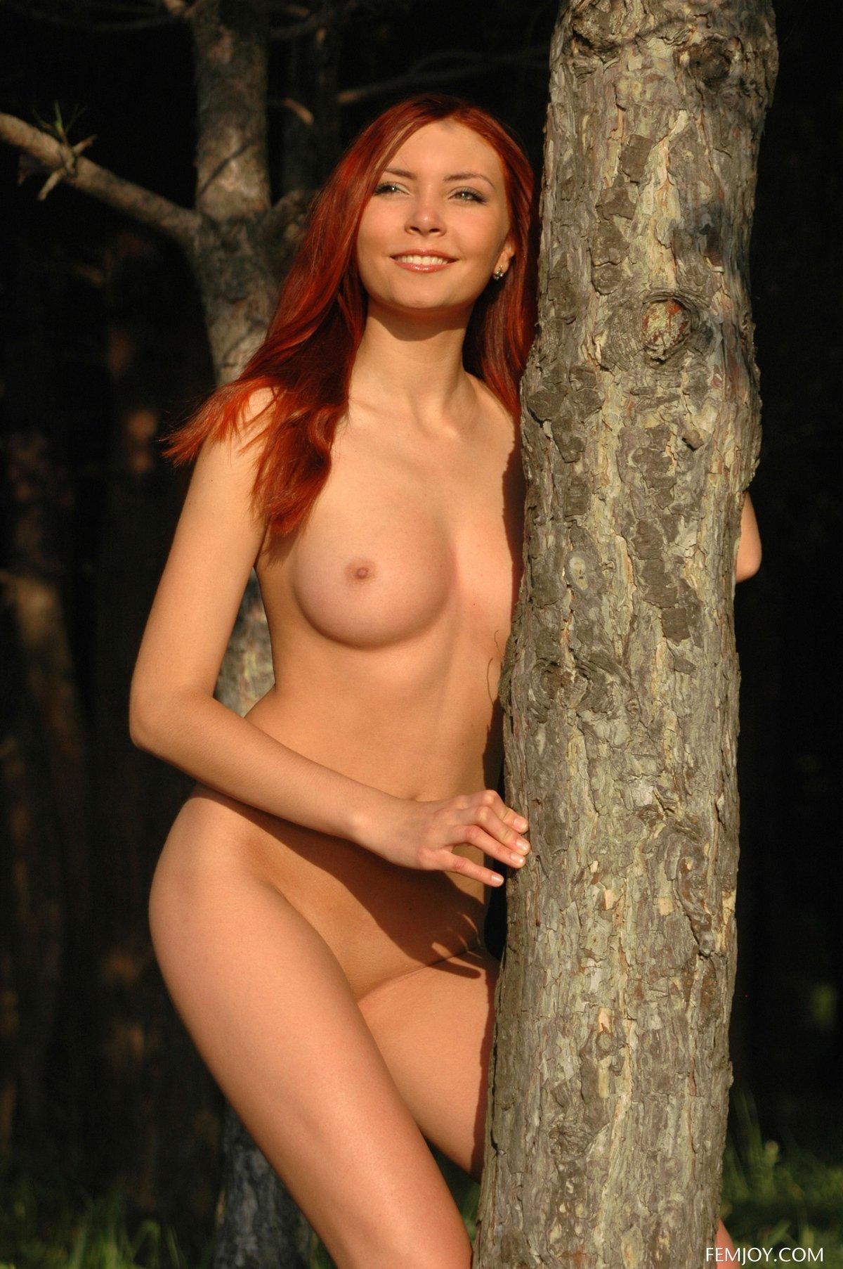 Милая рыжая сучка голая на природе
