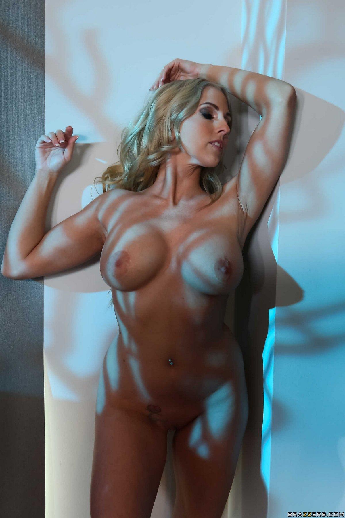 Шикарное тело женщины с тату на попе