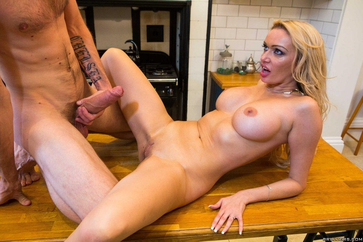 Сексуальная блондинка занимается любовью на кухонном столе секс фото