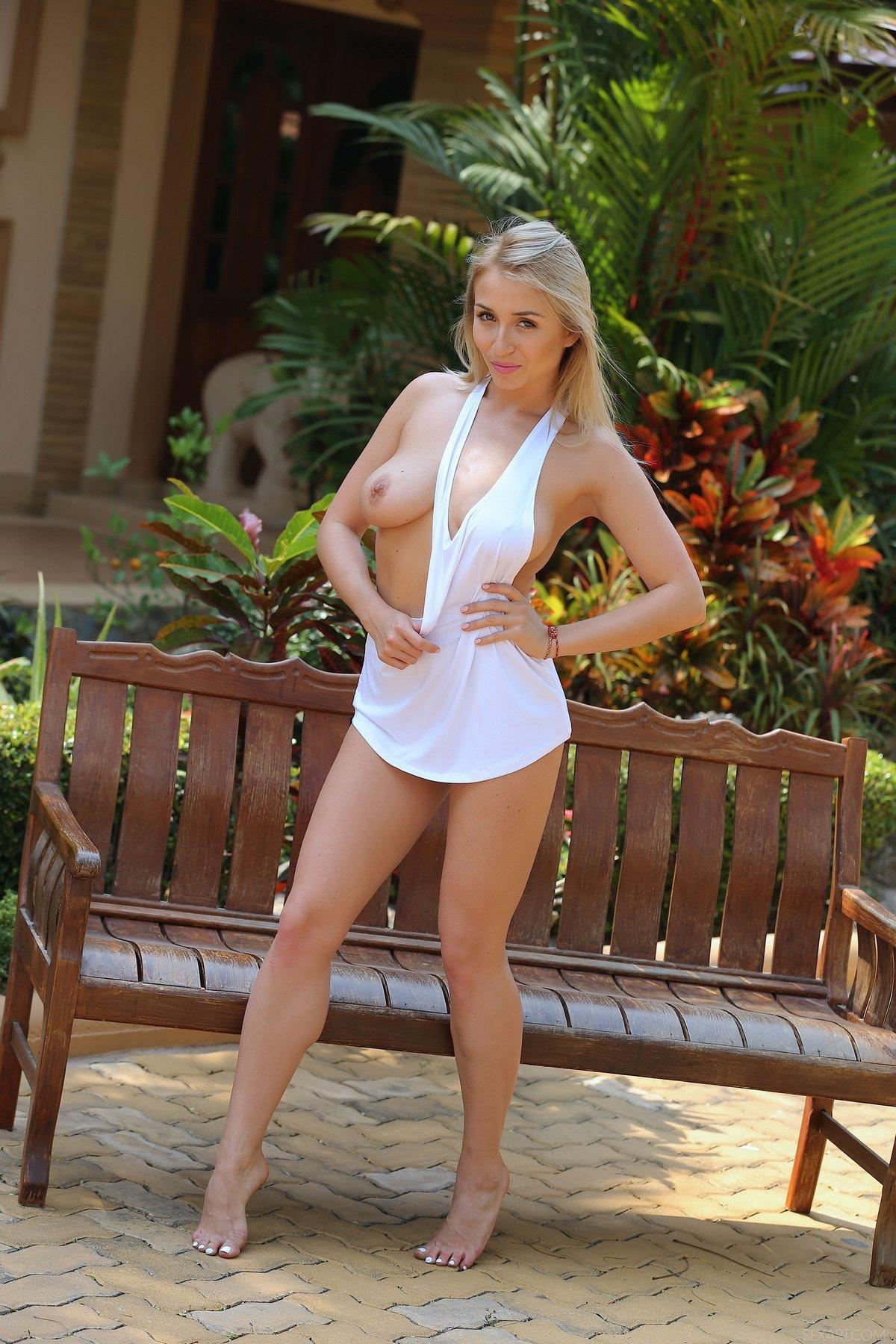 Секси блондинка Isabella голая в саду