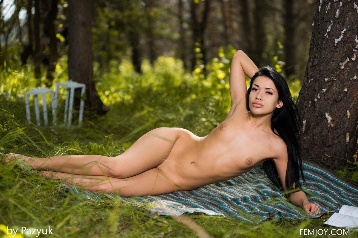 Тёмненькая с сексапильными губками под деревом смотреть эротику