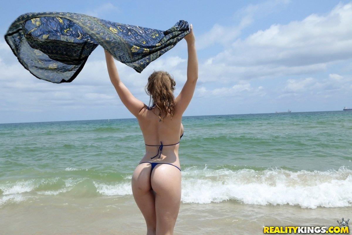 Аппетитная красотка в бикини на пляже