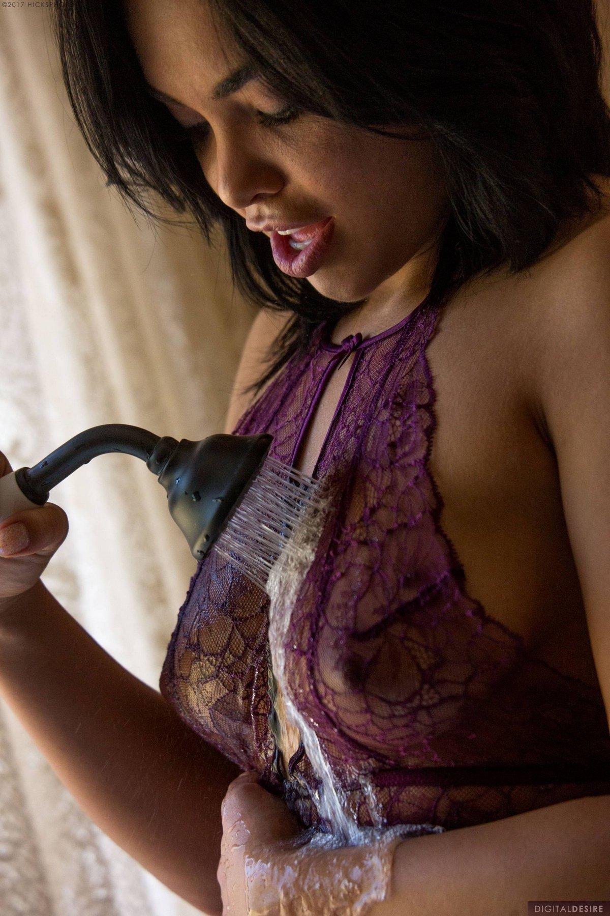 Чувственная брюнеточка влажная в душевой смотреть эротику