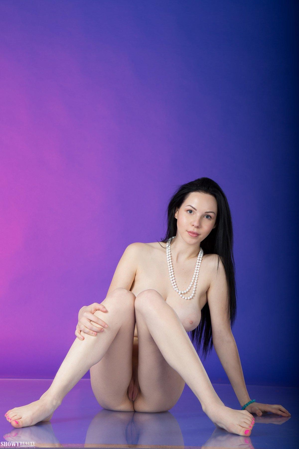Милашка Vasilisa спускает полосатые бикини
