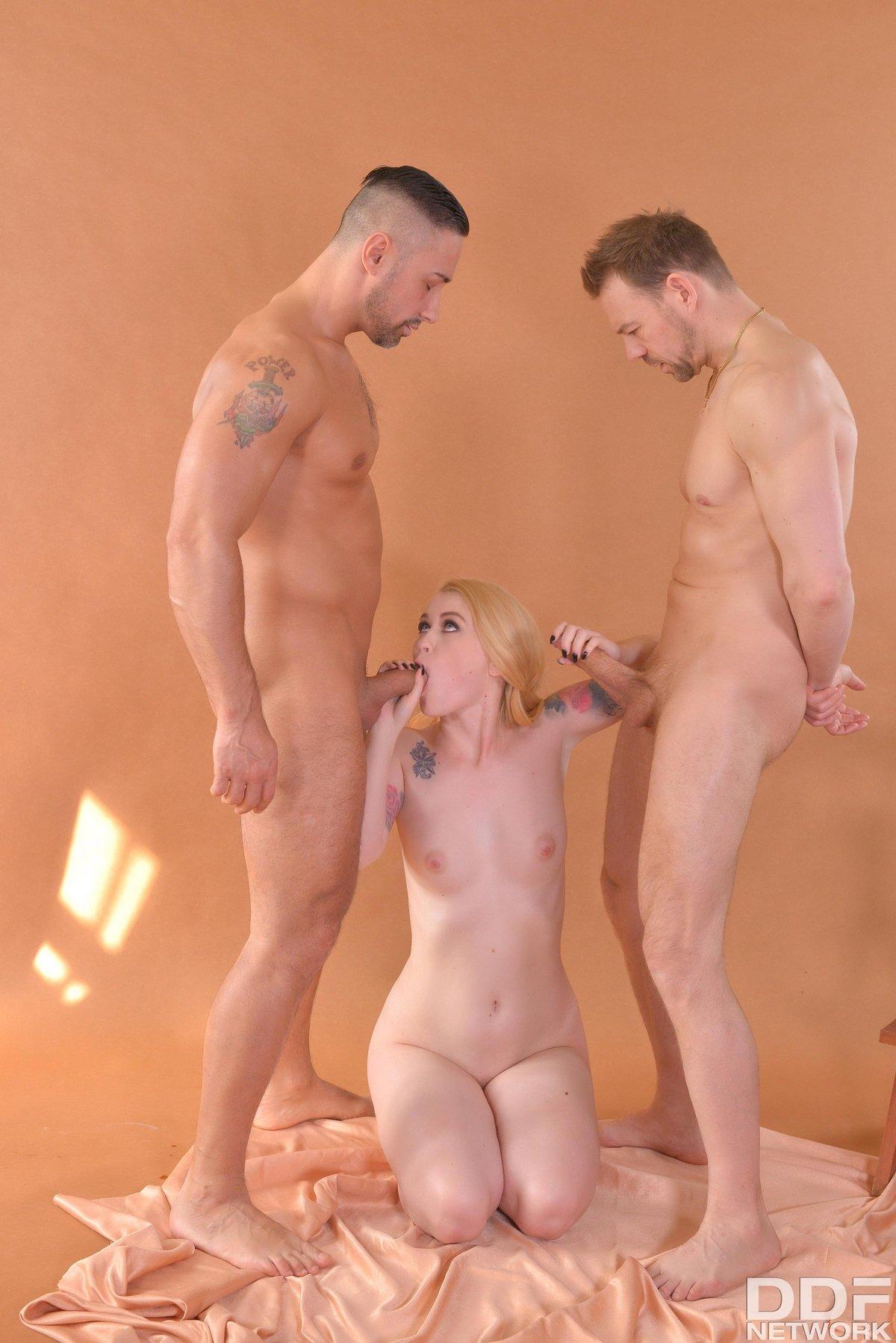Блондинка с тату секс с двумя парнями