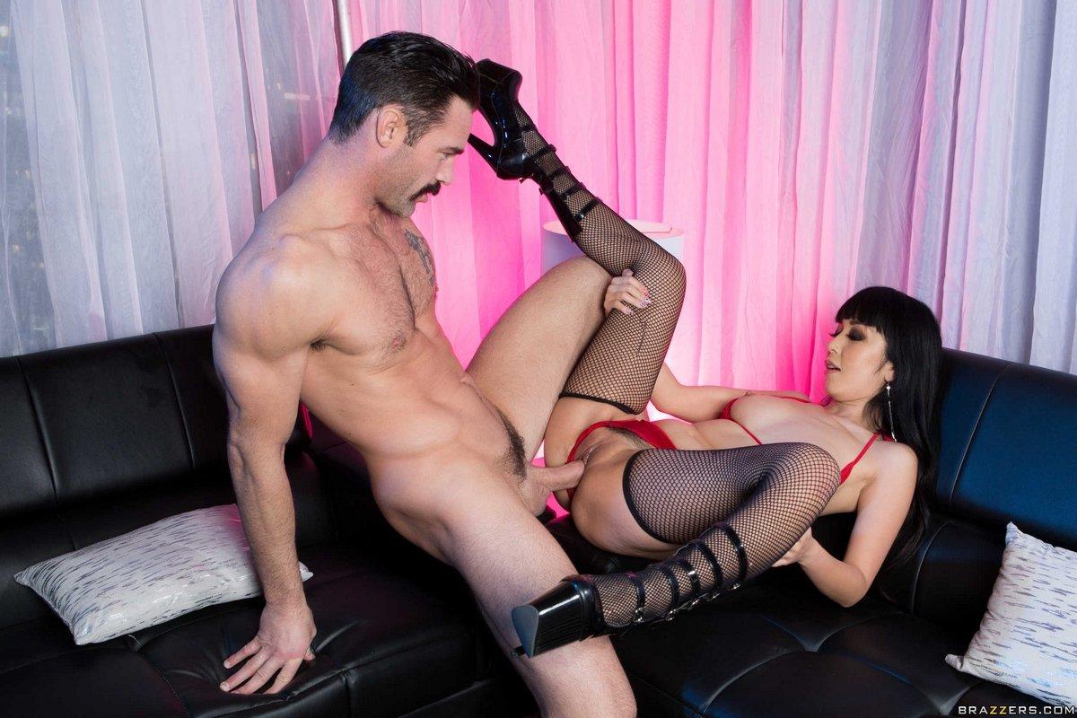 Молодая азиатка в чулочках занимается сексом